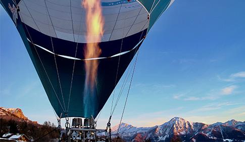 montgolfière dans les alpes